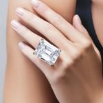 エメラルドカットのダイヤモンド。